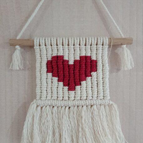 Tableau tissé en macramé cœur rouge